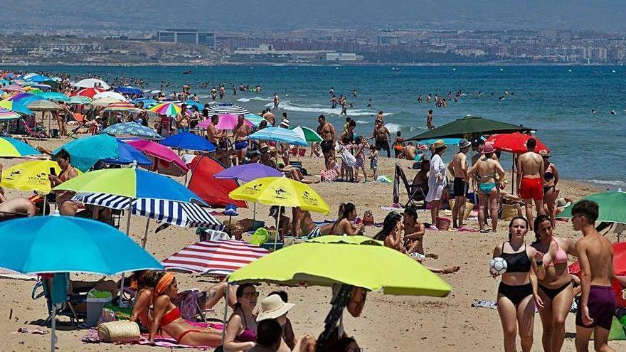 Las playas de Elche se llenan de bañistas en el primer día de verano