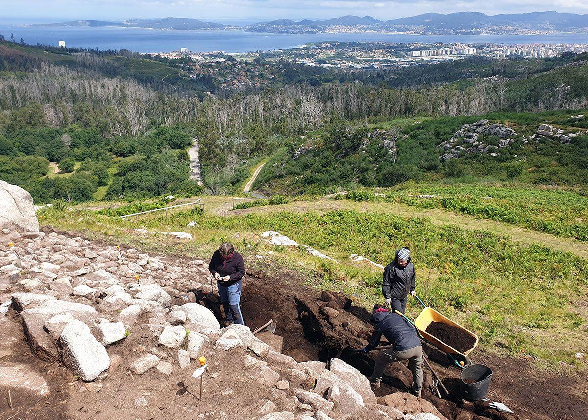 La excavación arqueológica con la ría de Vigo al fondo