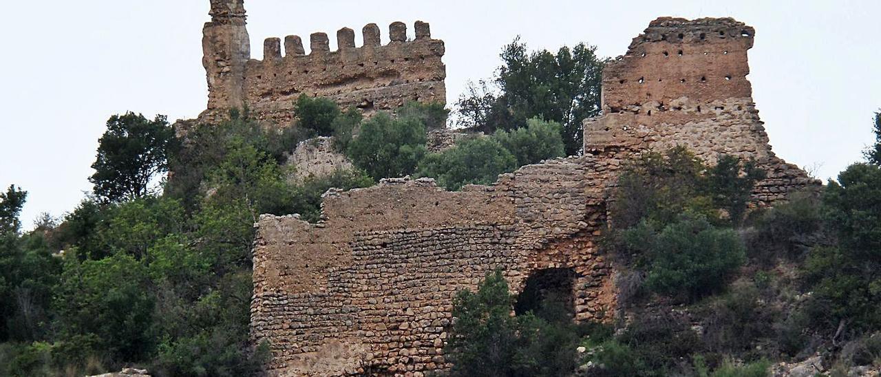 Algunos de los muros más significativos del antiguo castillo medieval de Villalonga. | LEVANTE-EMV
