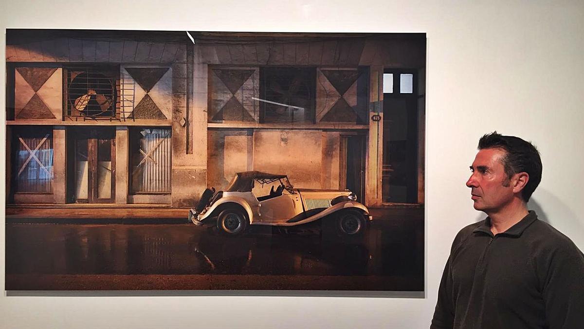 El artista Luis López 'Gabú' en la galería Moret Art, con una de sus obras.     // L.O.