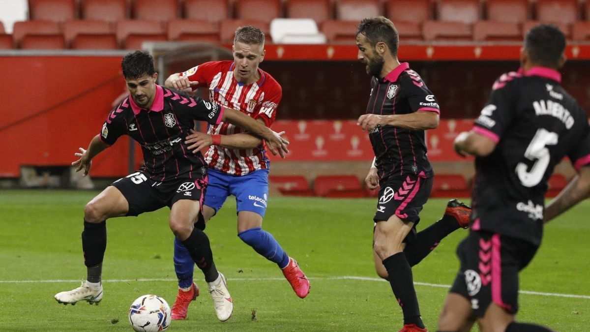 Cumic, en una acción del Sporting-Tenerife del pasado fin de semana.
