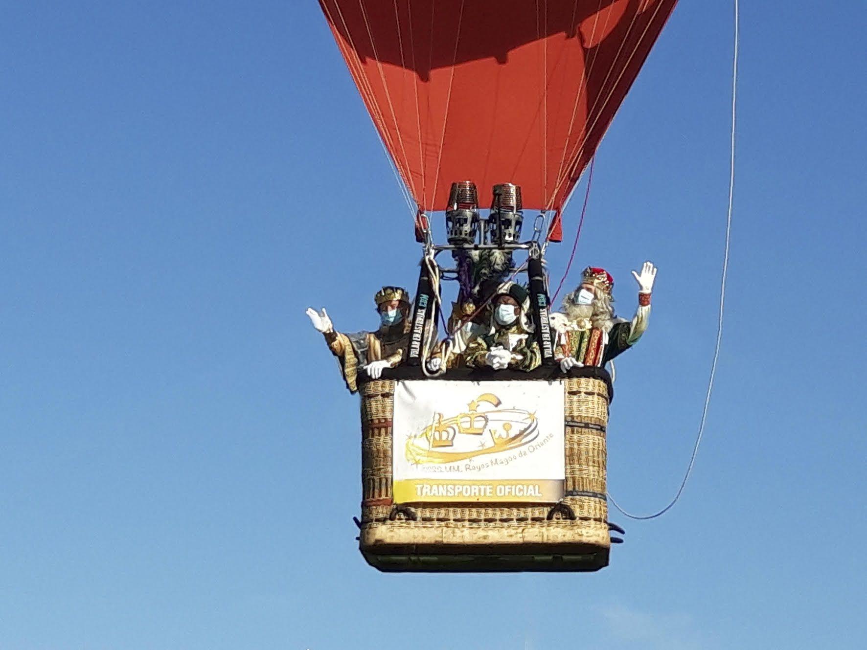 Los Reyes Magos llegan en globo a Gijón