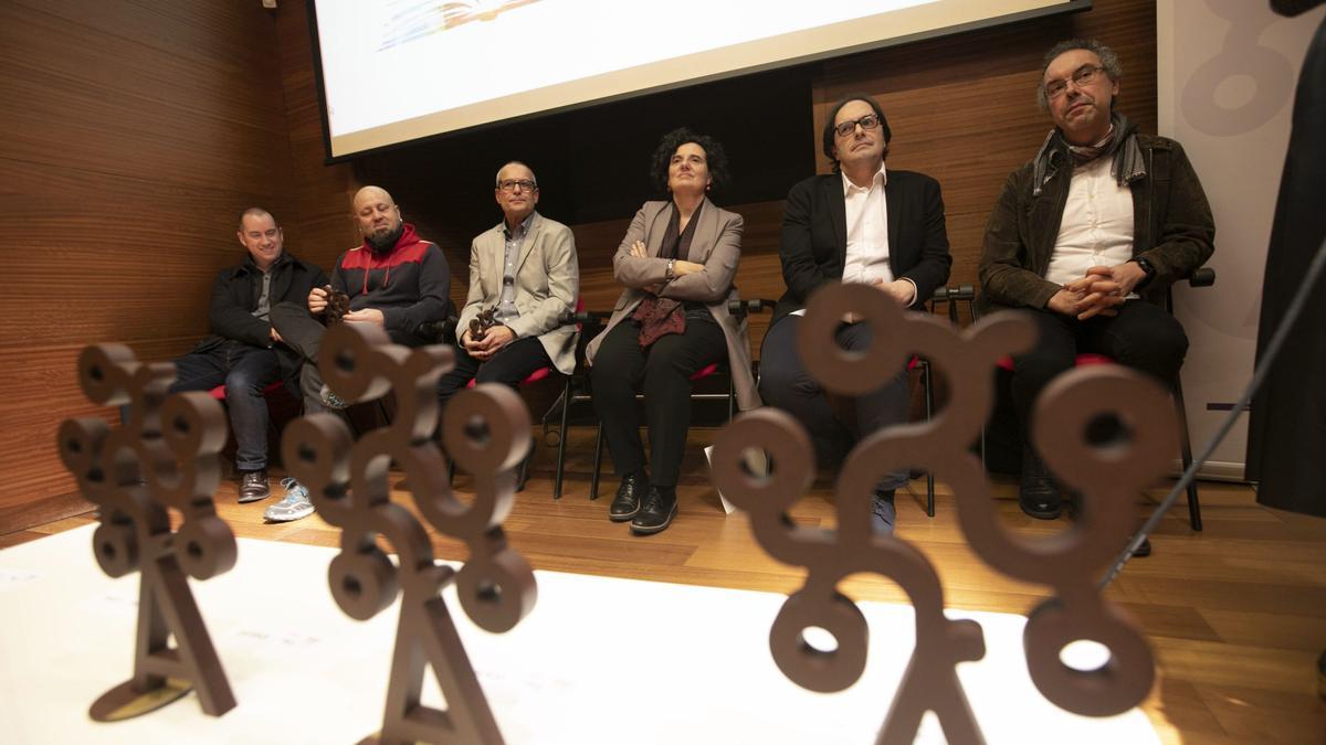 Ganadores de los premios Xosefa Xovellanos de Novela, en 2019, xunto a la conseyera Berta Piñan.
