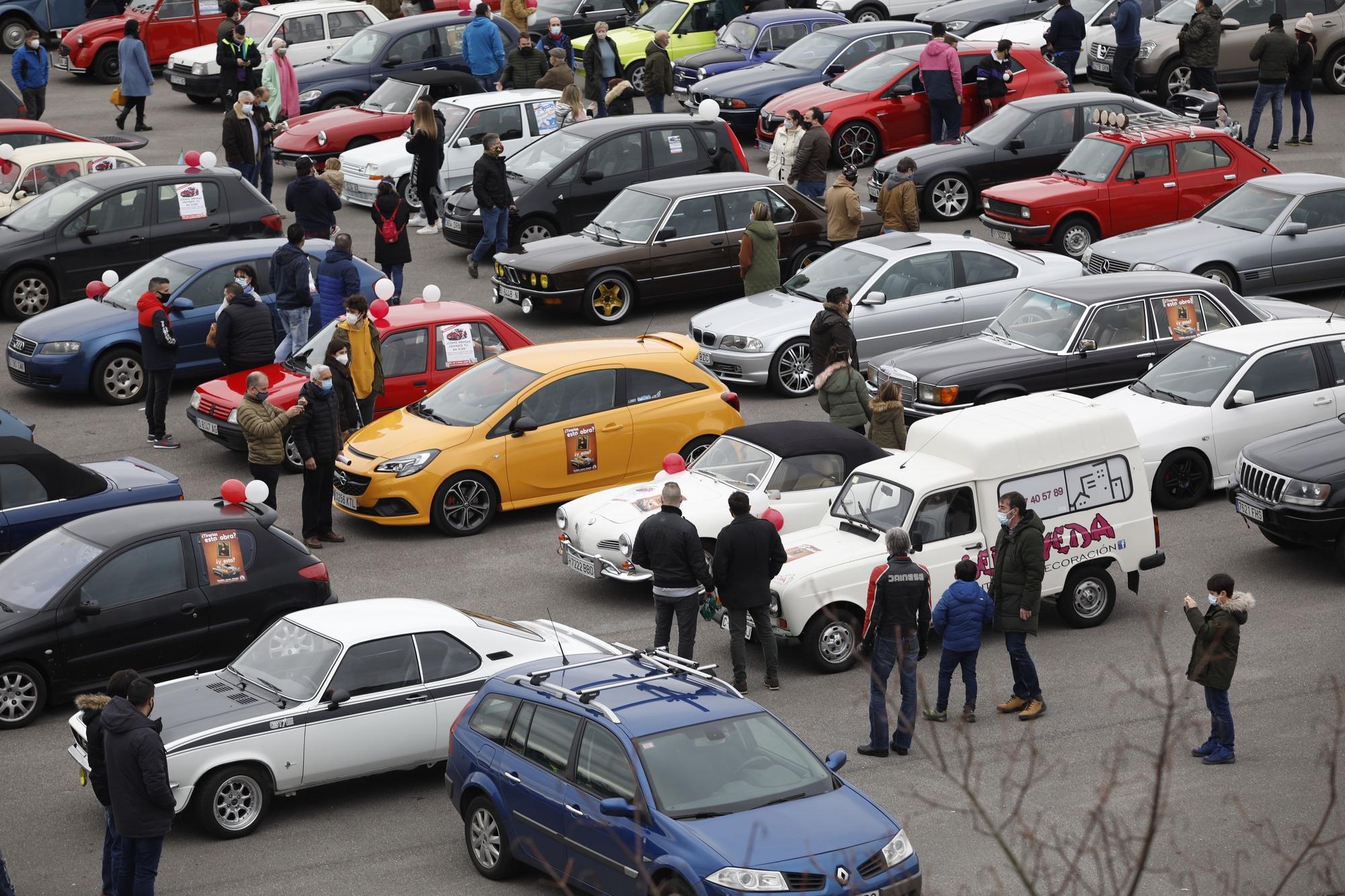 Centenares de vehículos clásicos marchan por Gijón contra la ordenanza de movilidad