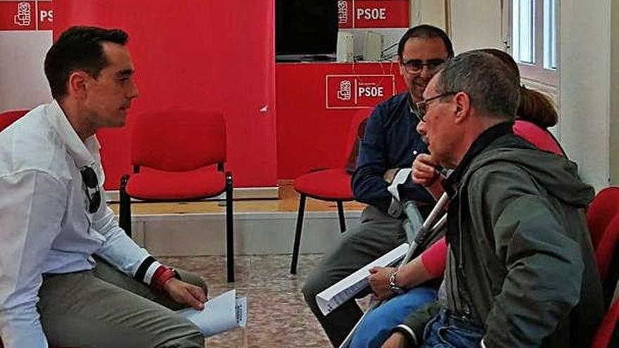 Luciano Huerga conversa con un afectado del colectivo.