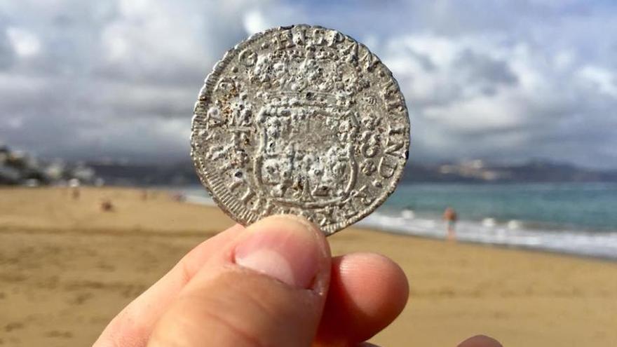 Encuentran la réplica de una moneda del siglo XVIII en la playa de Las Canteras