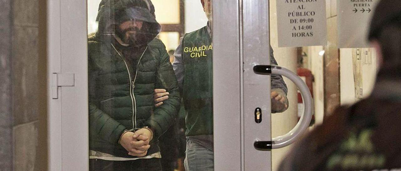 El presunto inductor del crimen, Pedro Luis Nieva, en el Juzgado de Llanes.