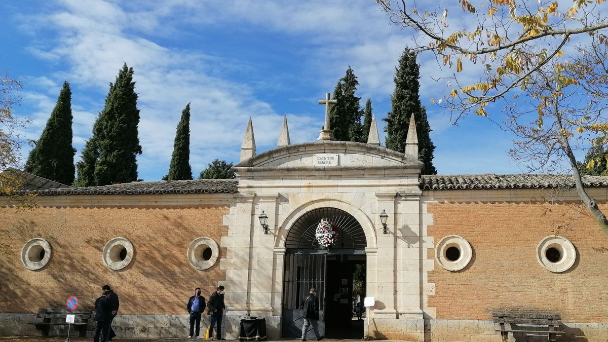 Vecinos acceden al cementerio municipal de Toro