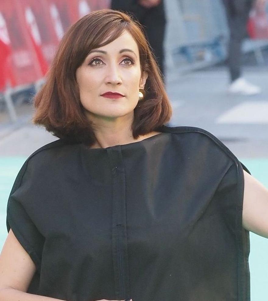 """Ana Morgade reivindica la diversidad corporal posando con un portatrajes: """"El vestido de mi vida"""""""