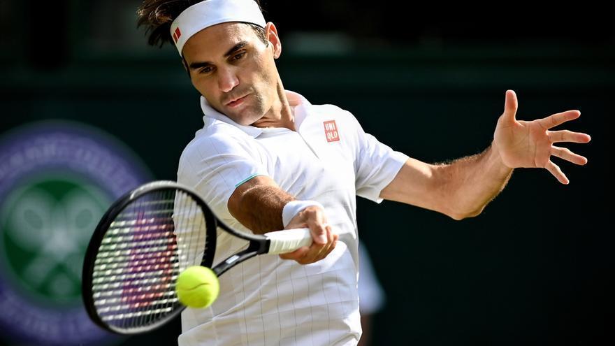 Federer se queda sin semifinales de Wimbledon y Djokovic avanza con paso firme