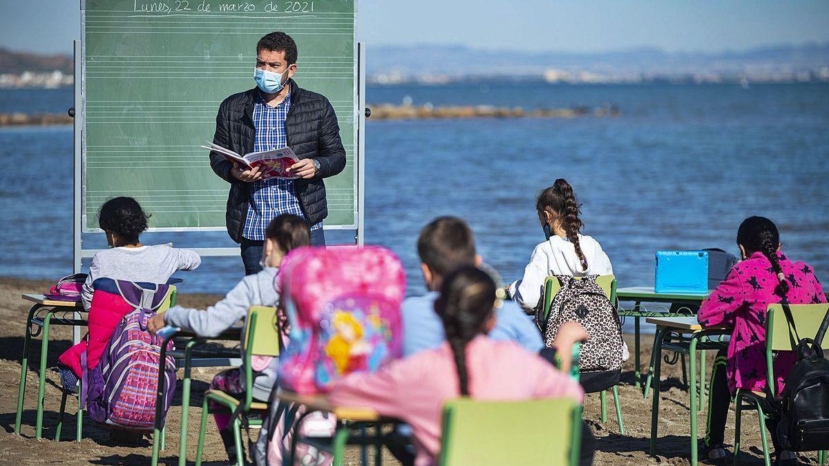 Un profesor imparte clase de Lengua a los alumnos de quinto de Primaria.