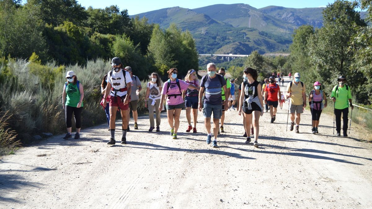 Salida de los participantes en la marcha al pueblo abandonado de Parada