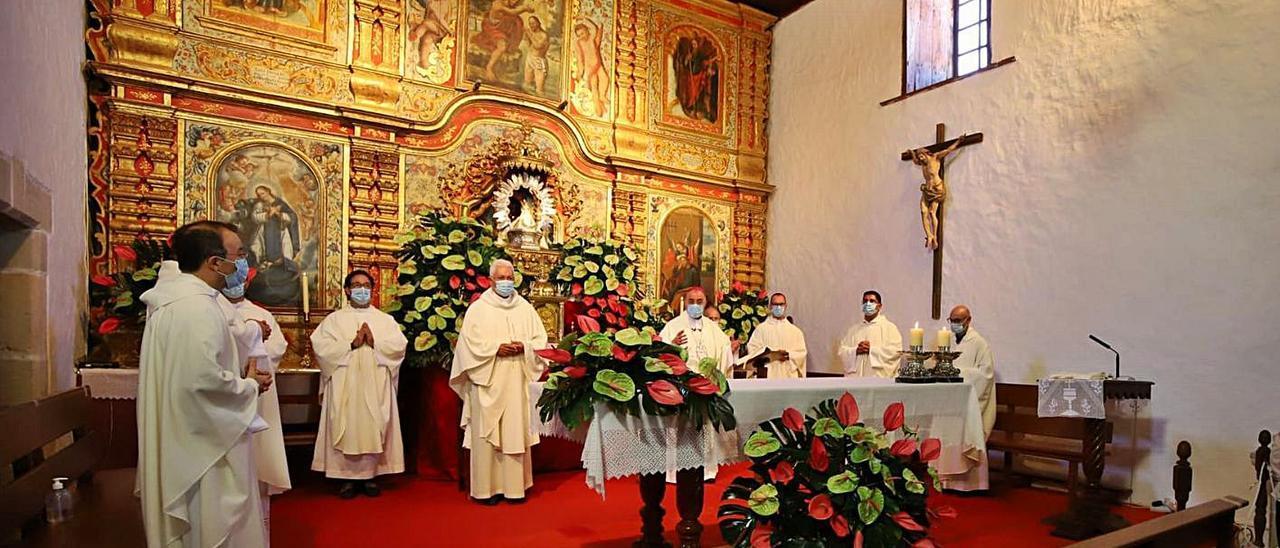 El administrador apostólico de la Diócesis de Canarias, Francisco Cases (c) presidiendo la misa, ayer.