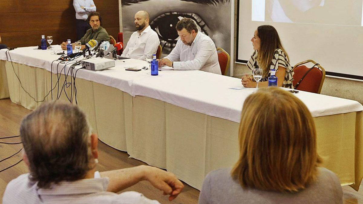 Los padres de Déborah, de espaldas, escuchan la comparecencia de los abogados Ramón e Ignacio Pérez Amoedo, sentados en la mesa junto a José y Rosa, hermanos de la joven fallecida.