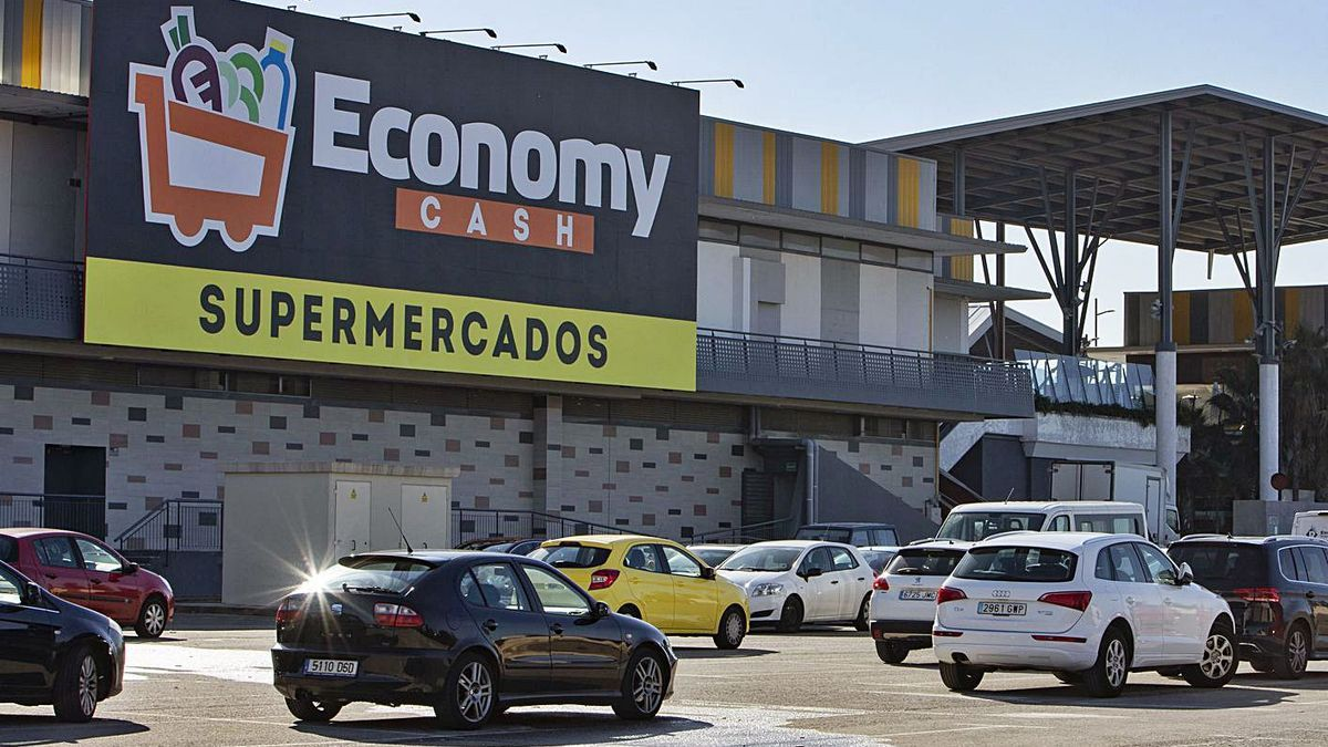 Exterior del centro comercial de Xàtiva, con el panel de Economy Cash en una imagen de ayer. | PERALES IBORRA