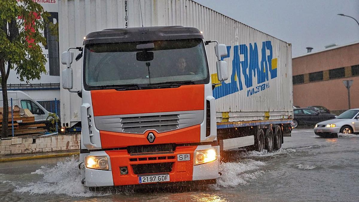 Un camión transita con dificultades por Villa de Madrid durante una tormenta.   ASIVALCO