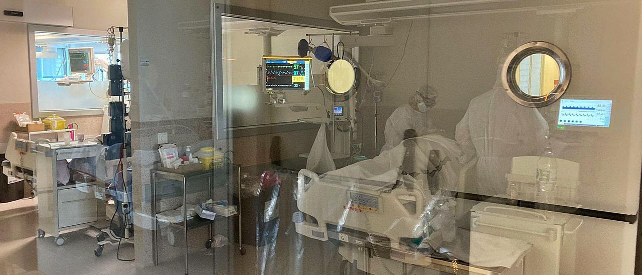 Dos sanitarias  atienden a un paciente en la UCI.  levante-emv