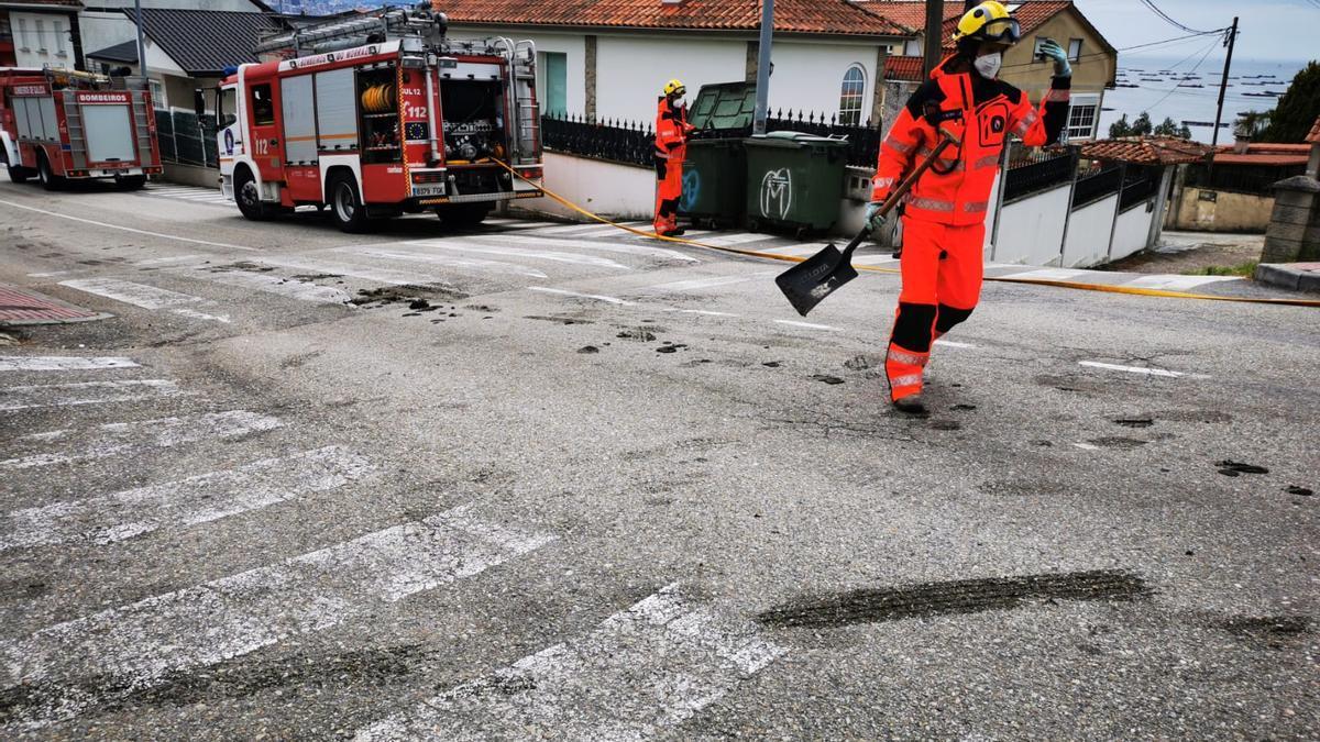 Los bomberos en el lugar donde tuvo lugar el vertido.