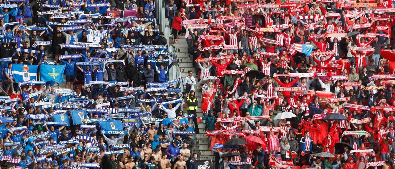 Aficionados de Sporting y Oviedo en las gradas durante un derbi