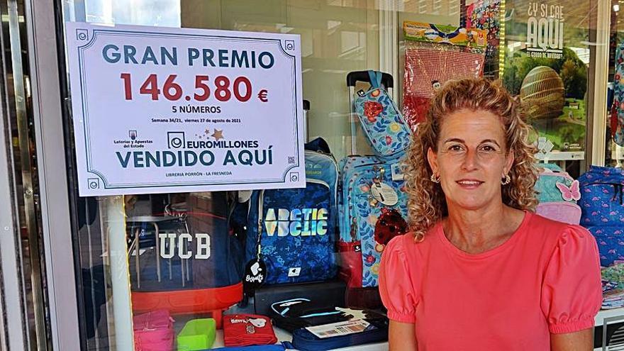 Alegría en la librería Porrón, de La Fresneda, donde se selló el boleto premiado con 146.580 euros en el Euromillón