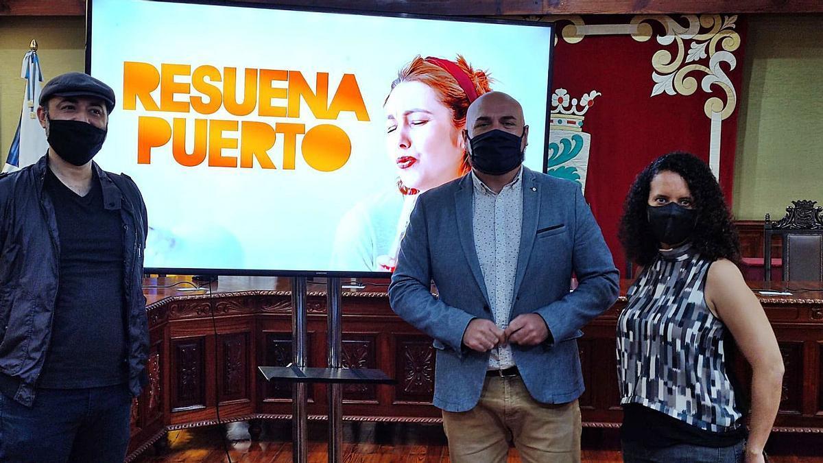 José Pablo Gallego y Alejandra Calderón, responsables de Resuena Puerto, junto al alcalde de la ciudad turística, Marco González (centro).     E.D.