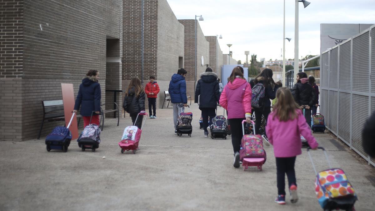 Escolares de Paterna, en la hora de entrada del colegio.