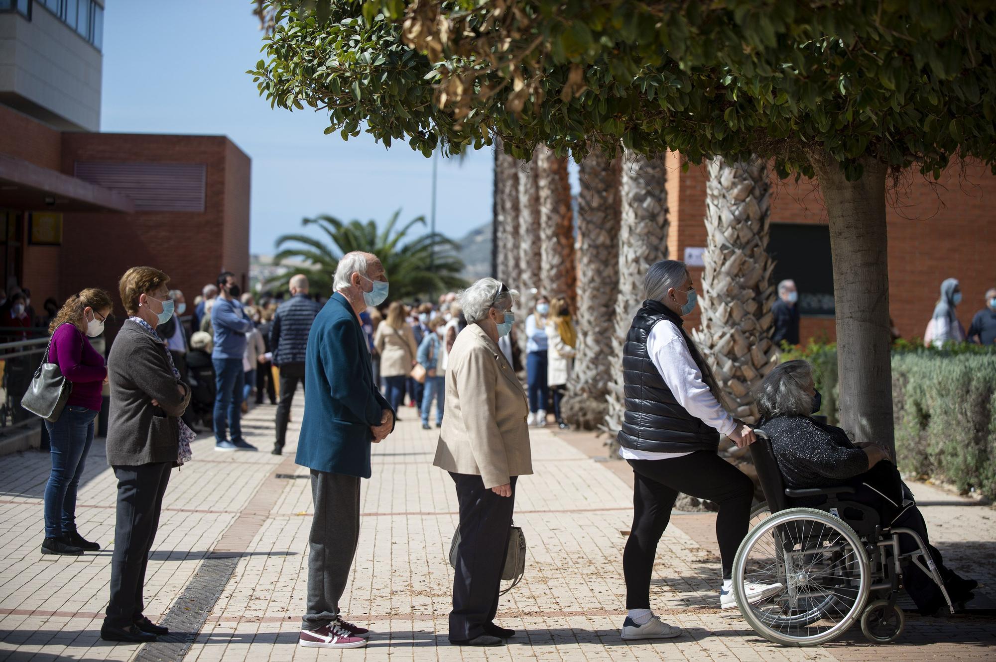 Alegría y esperanza en la cola de vacunación en Cabezo Beaza de Cartagena