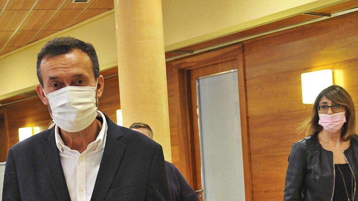 González se dirige a una comparecencia, seguido por la edil de Hacienda, Patricia Maciá.
