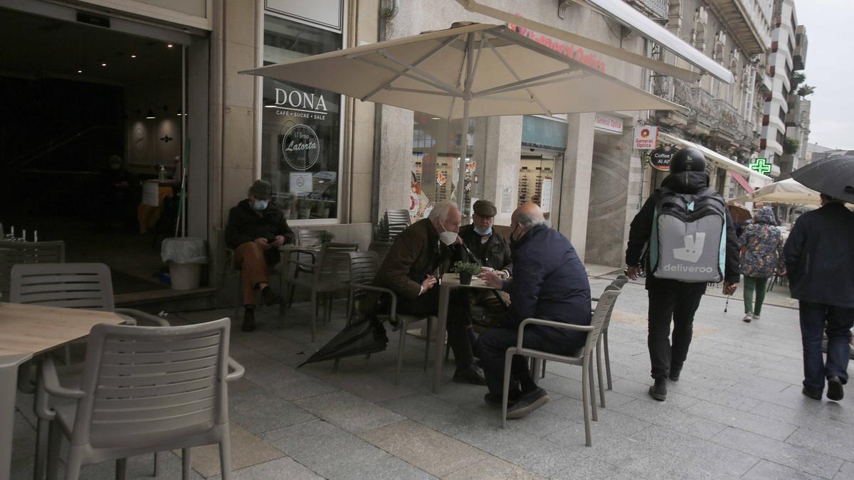 Consumidores en una terraza de Vigo.