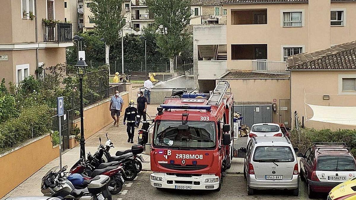 Los bomberos del Consell procedieron ayer a desinfectar los alrededores de la residencia.