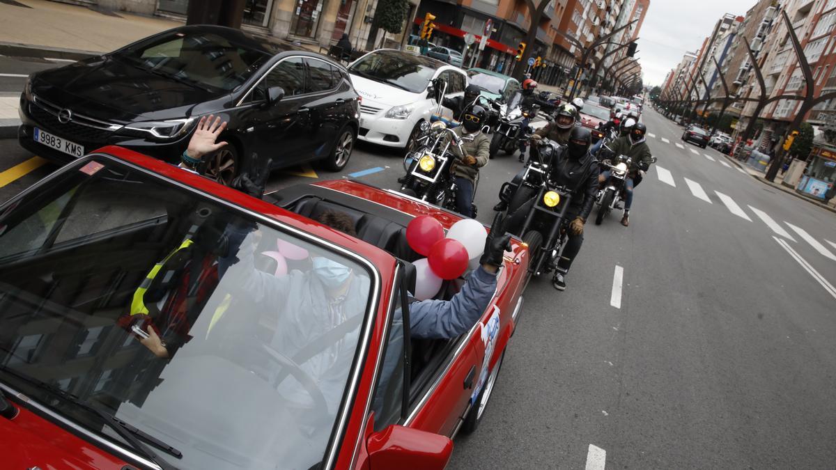 Caravana de coches y motos clásicas en la marcha del pasado enero en contra de la ordenanza, a su paso por la avenida Constitución.