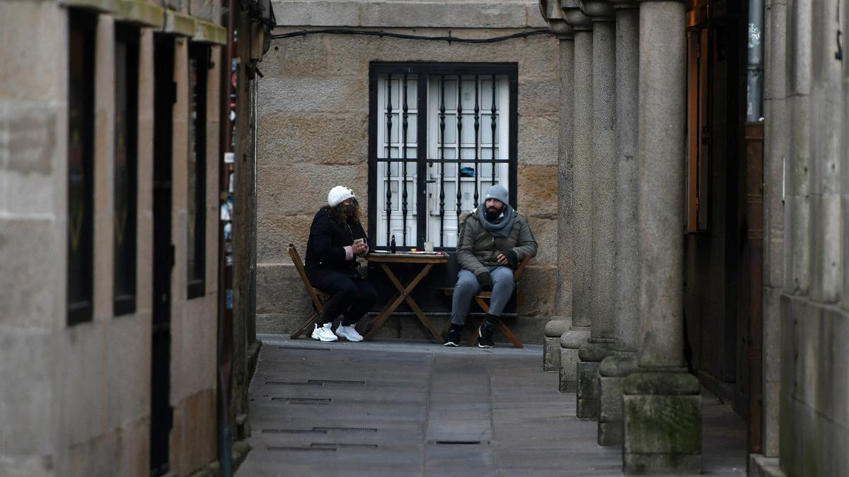 Dos consumidores en una terraza en el centro de Pontevedra.