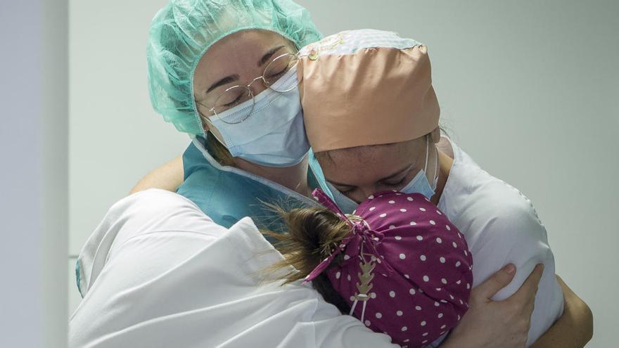Muere de coronavirus una niña de cinco años un mes después de quejarse de dolores de cabeza