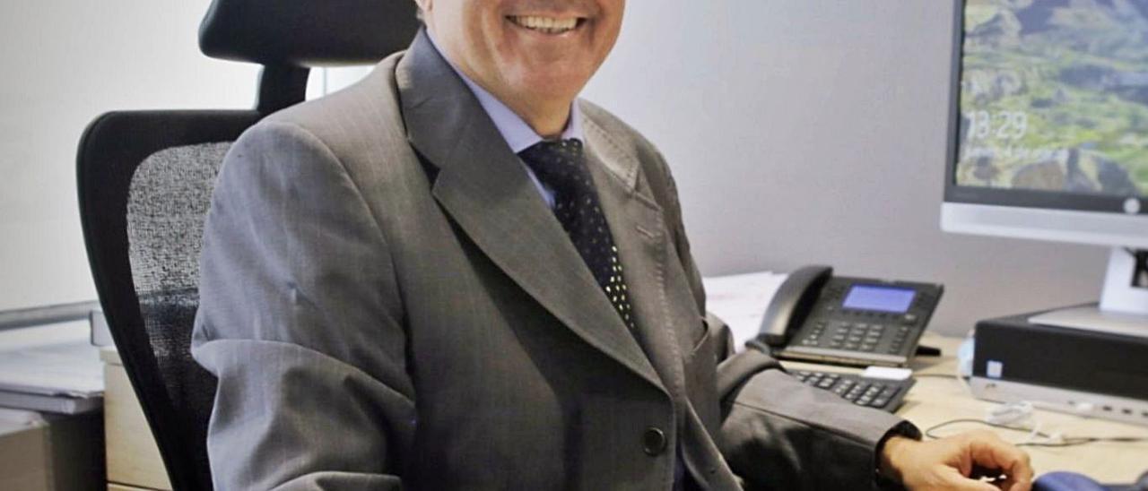 Juan Luis Lorenzo Bragado, nuevo presidente del TSJC, ayer en su despacho tras conocer la noticia de su elección. | | DELIA PADRÓN