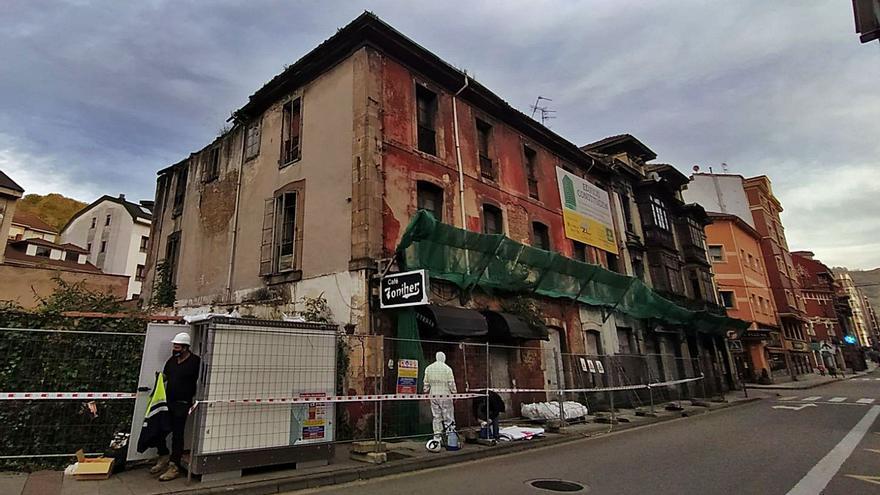Primeros trabajos para el derribo del edificio del antiguo café Toniher