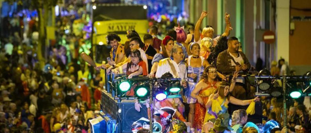 Una de las carrozas de la Gran Cabalgata del Carnaval 2020, oficialmente el acto más multitudinario de la fiesta. | | QUIQUE CURBELO