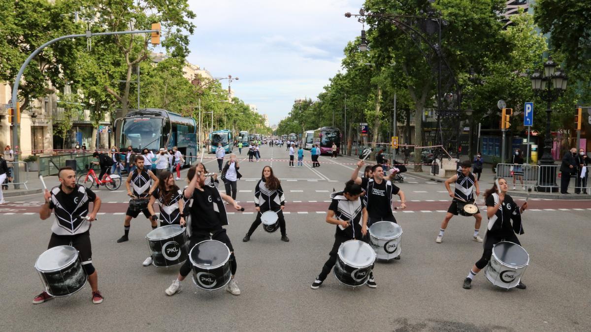 Un grup de música actuant a l'acte reivindicatiu de COPTUR al centre de Barcelona