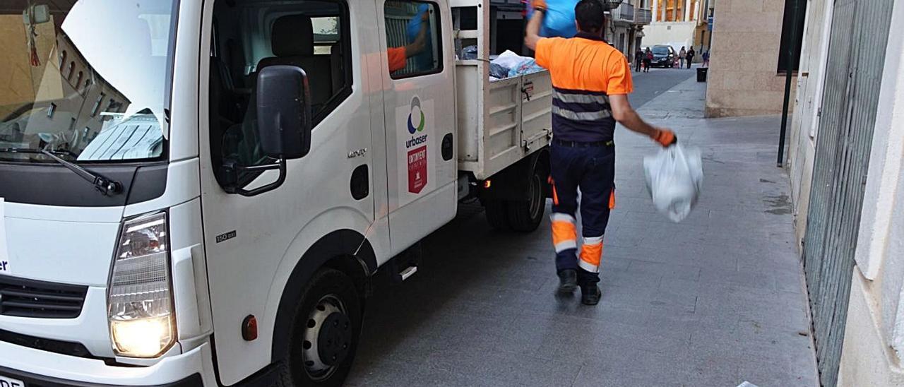 Operario de la concesionaria de la recogida de basuras, que ahora se separarán en origen | LEVANTE-EMV