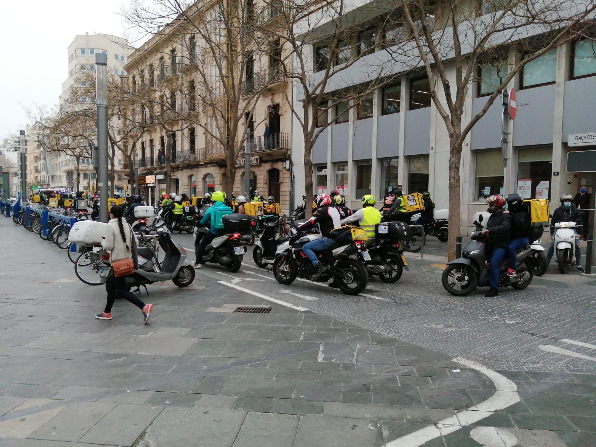 Un centenar de 'riders'  se manifiestan en Palma