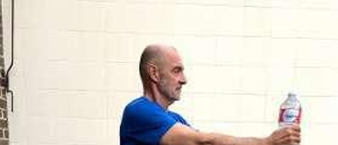 El gimnasio en casa: ejercicios multiarticulares con lo que haya a mano