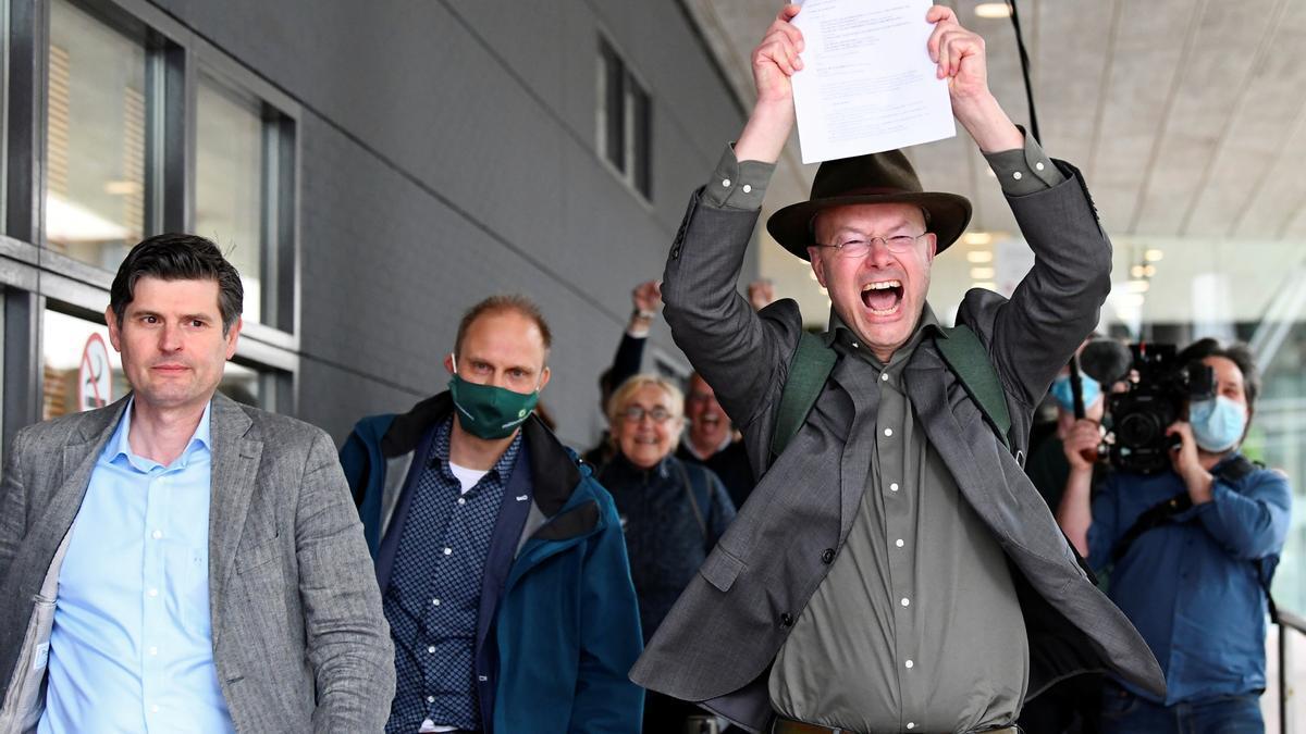 Donald Pols, director de Friends of the Earth als Països Baixos, amb una còpia d'un veredicte en un cas interposat contra Shell