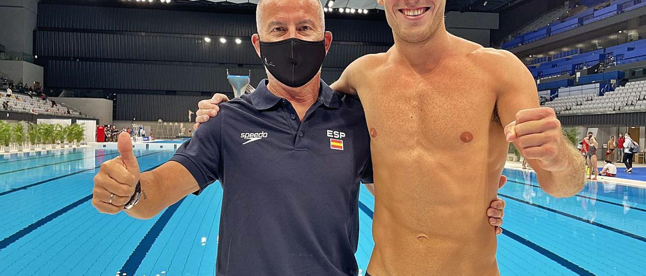 Nicolás García Boissier -a la derecha-, junto al entrenador que le ha llevado desde niño, Quique Martínez, ayer en Tokio.     LP/DLP