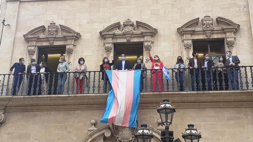 Colocada en el balcón de Cort la bandera Trans