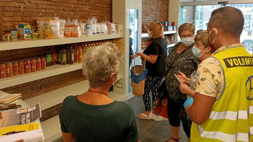 Un grupo de voluntarios distribuye alimentos a 160 personas de Cullera