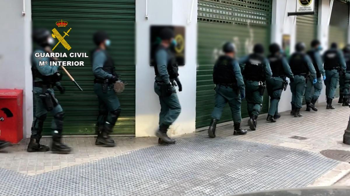 Agentes de la Guardia Civil durante uno de los registros domiciliarios en València.