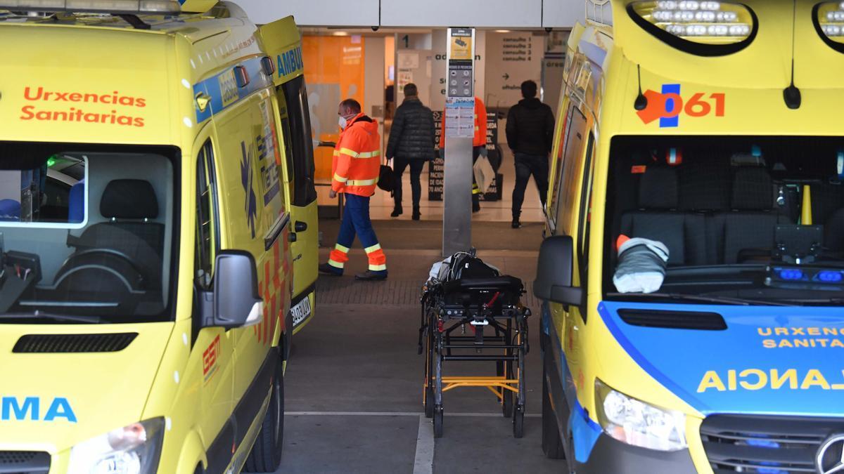 Ambulancias en el exterior del Hospital de A Coruña.