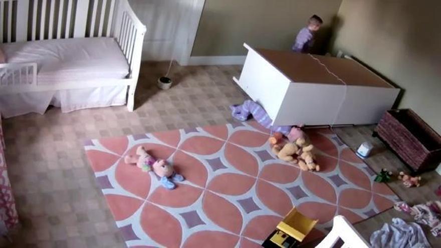 Un nen de dos anys aixeca un armari per salvar el seu bessó