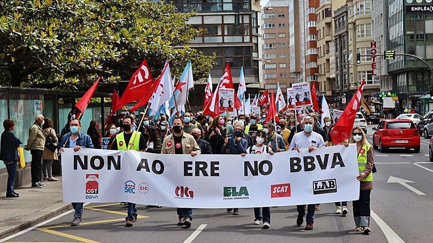 Cientos de personas se manifiestan en A Coruña contra el ERE de BBVA