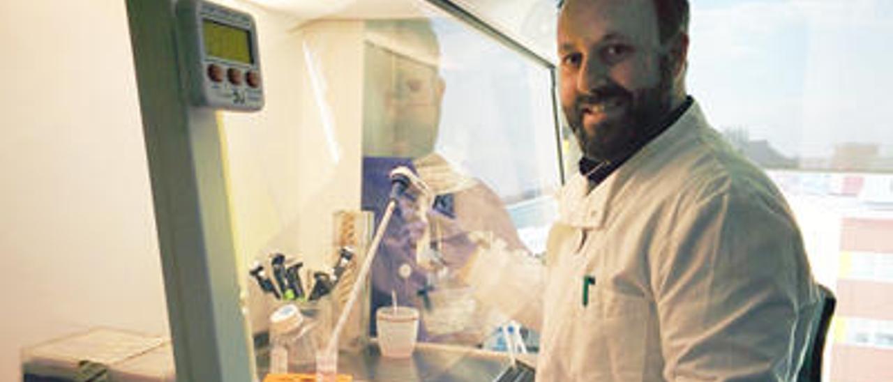 Eduardo Oliver, en el laboratorio de medicina experimental del Imperial College en el que trabaja.