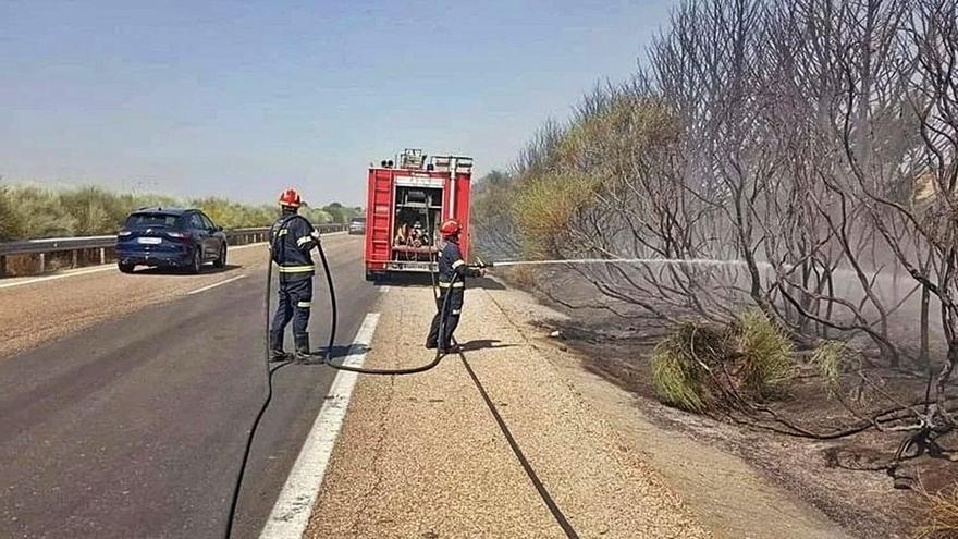 Los bomberos extinguen un incendio en la A-52 a la altura de Vega de Tera